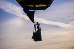 силуэт горячей посадки воздушного шара Стоковое Изображение RF