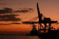 Силуэт груза контейнера и моста крана Стоковая Фотография