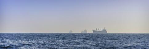 Силуэт грузового корабля в океане Стоковое фото RF