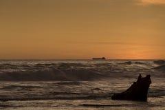 Силуэт грузового корабля на горизонте Стоковые Фото
