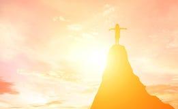 Силуэт девушки выразил его наслаждение на горе на солнцах Стоковая Фотография