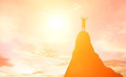 Силуэт девушки выразил его наслаждение на горе на солнцах Стоковые Изображения RF