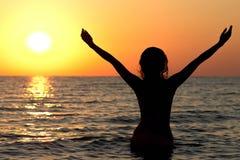 Силуэт девушки в купальном костюме в море Стоковые Фотографии RF