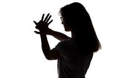 Силуэт девушки делая игру теней Стоковое фото RF