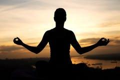 Силуэт девушки делая йогу Стоковые Фото