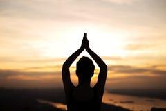 Силуэт девушки делая йогу Стоковая Фотография RF