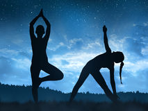 Силуэт девушки делая йогу Стоковая Фотография