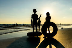 Силуэт девушки играя на пляже Стоковая Фотография