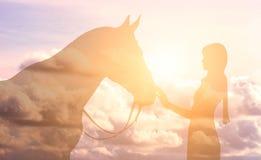 Силуэт девушки и лошади на предпосылке неба Стоковое Фото