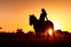 Силуэт девушки и лошади Стоковая Фотография RF