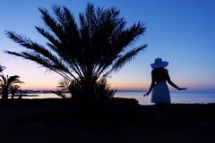 Силуэт девушки на заходе солнца Стоковая Фотография RF