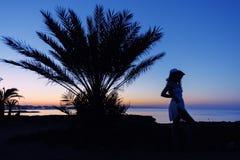Силуэт девушки на заходе солнца Стоковое Фото