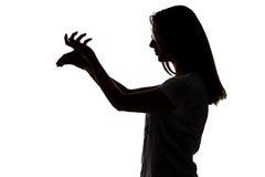 Силуэт девушки подростка делая игру теней стоковые изображения rf