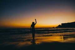 Силуэт девушки пляжа моря, заход солнца Стоковое Изображение RF
