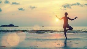 Силуэт девушки размышляя на пляже моря Стоковое Изображение RF