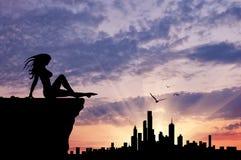 Силуэт девушки смотря город Стоковое фото RF