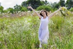 Силуэт девушки с венком цветка Стоковые Изображения