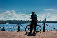 Силуэт девушки с велосипедом Стоковая Фотография RF