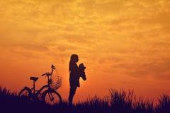 Силуэт девушки с велосипедом Стоковые Фотографии RF