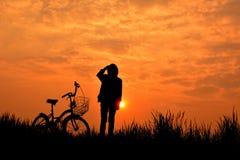 Силуэт девушки с велосипедом Стоковое Изображение