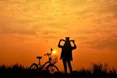 Силуэт девушки с велосипедом Стоковое Фото