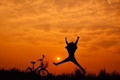 Силуэт девушки с велосипедом Стоковое фото RF