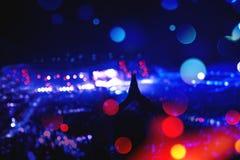 Силуэт девушки partying на фестивале, концерте или партии Женщина делая жесты рукой на концерте Стоковые Фото
