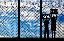 Силуэт детей беженца Стоковое Изображение