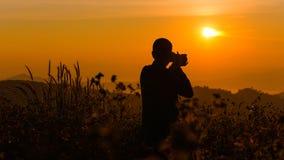 Силуэт детеныша который как, который нужно путешествовать и фотограф, такин Стоковая Фотография