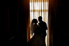 Силуэт жениха и невеста на предпосылке wi окна Стоковые Изображения