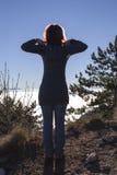 Силуэт женщины выполняя йогу при солнце светя за ей Стоковая Фотография