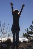 Силуэт женщины выполняя йогу при солнце светя за ей Стоковые Изображения RF