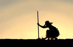 Силуэт женщины вытягивая засорители от сада Стоковые Фото