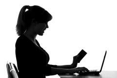 Силуэт женщины делает онлайн приобретение дома стоковые изображения rf
