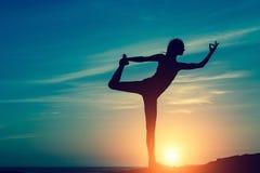 Силуэт женщины делая тренировку фитнеса на пляже моря Стоковое фото RF