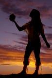 Силуэт женщины коренного американца держит вне бак Стоковое Изображение RF
