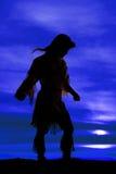 Силуэт женщины коренного американца подготовляет вне Стоковое фото RF