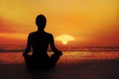 Силуэт женщины на заходе солнца Стоковые Фотографии RF