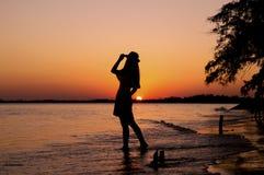 Силуэт женщины на пляже Стоковая Фотография RF