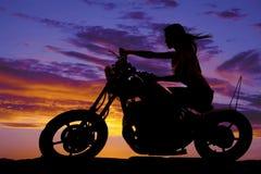 Силуэт женщины на дуть ветра мотоцикла стоковое изображение rf