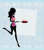 Женщина нося рисберму и держа Skillet - v Стоковые Фото