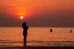 Силуэт женщины стоя на пляже Стоковая Фотография RF