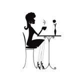 Силуэт женщины с чашкой кофе или чаем стоковое фото rf