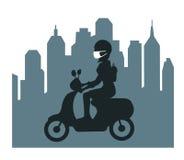 Силуэт женщины управляя самокатом в загрязнянном лицевом щитке гермошлема предохранения от города нося Стоковое Фото