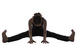 Силуэт женщины, усаженное переднее представление загиба, йога стоковые фото