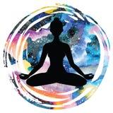 Силуэт женщин йога представления лотоса Padmasana Стоковые Фото