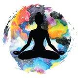 Силуэт женщин йога представления лотоса Padmasana Стоковое Изображение RF