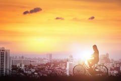Силуэт женщин bicycle долина в городе Стоковые Изображения RF