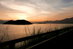 Силуэт завода, дороги и рамки с заходом солнца градиента Стоковая Фотография RF