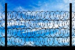 Силуэт загородки металла с колючей проволокой Стоковая Фотография